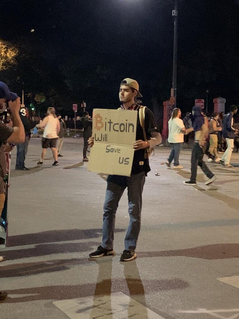 مدیرعامل بایننس درباره اعتراضات آمریکا: بیت کوین اعتراض صلحآمیز است